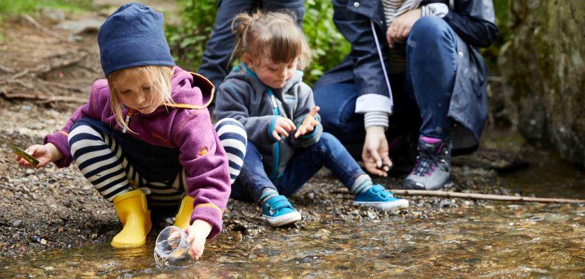 Ausflüge mit Kleinkind: Familie macht Unternehmung im Wald
