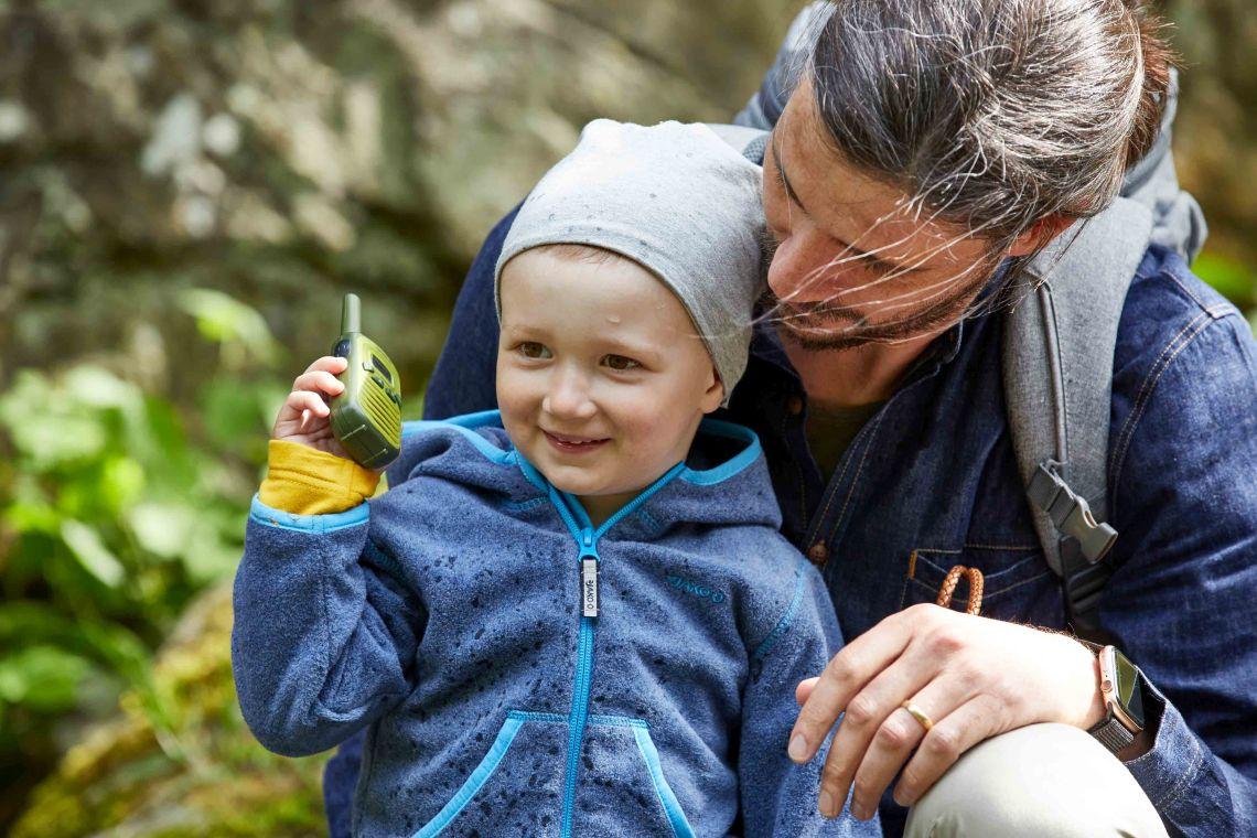 Ausflüge mit Kleinkind: Vater spielt mit Sohn & Walkie-Talkie