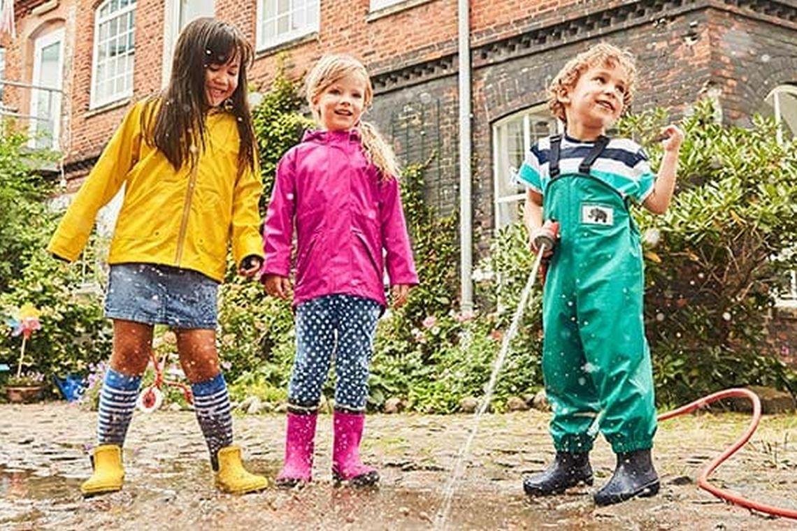 Unternehmungen mit Kindern: Kids spielen mit Wasser