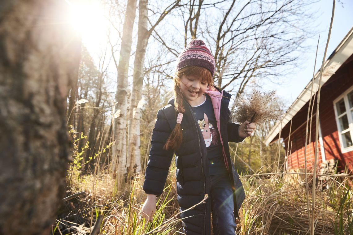 Unternehmungen mit Kindern: Mädchen läuft durch Gras
