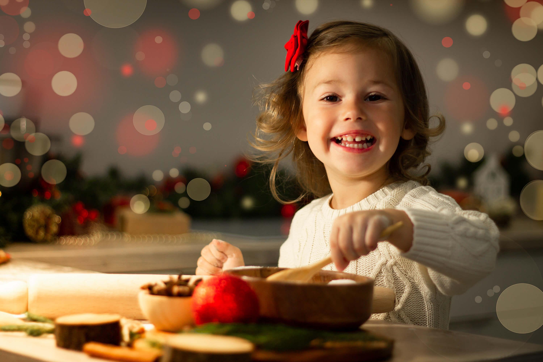 kind-kocht-weihnachtsrezepte-as-381516287.jpeg